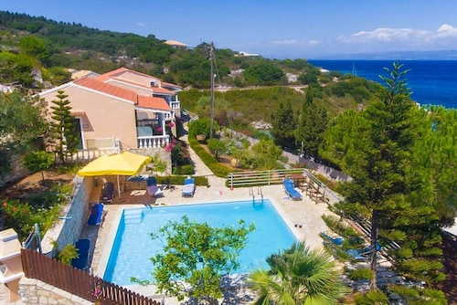 Dolphin Studio: Swimming Pool, Walk to Beach, Sea Views, A/c, Wifi, Car Not Required