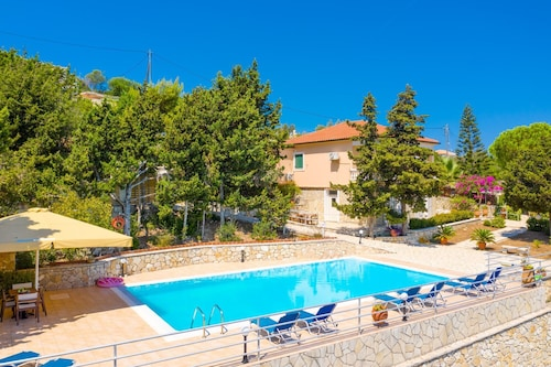 Dolphin House: Large Private Pool, Walk to Beach, Sea Views, A/c, Wifi, Car Not Required