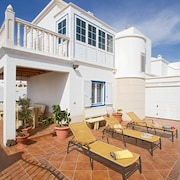 Villa Amigamar: Large Heated Private Pool, Walk to Beach, Sea Views, Wifi, Car Not Required