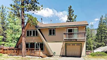 Charming Chalet w/ Hot Tub - Close to Skiing, Beaches & Hiking