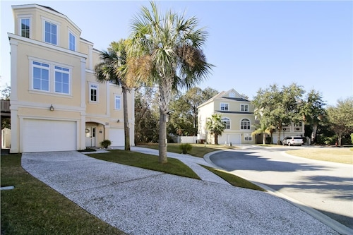 Near Ocean, Pool, Fenced Backyard,updated, Seasonal Beach Shuttle!!