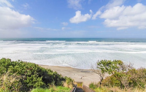 Charming Historical Home With Ocean Views, Hot Tub and Easy Walk to Beach