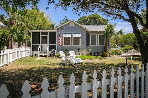 Blue Heron C1940! Pet-friendly Cottage w/ Fenced Yard! Screened Porch!