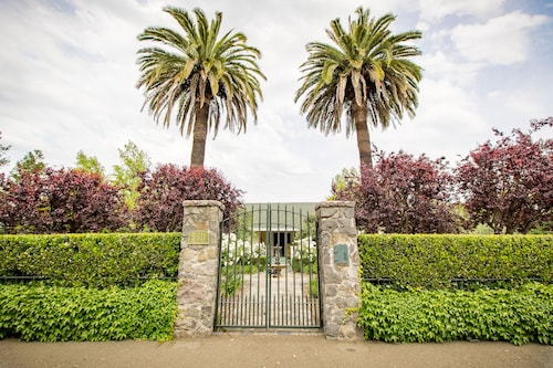 Great Place to stay Alexander Valley Estate in the Vineyards - Less Than One Mile From Healdsburg near Geyserville