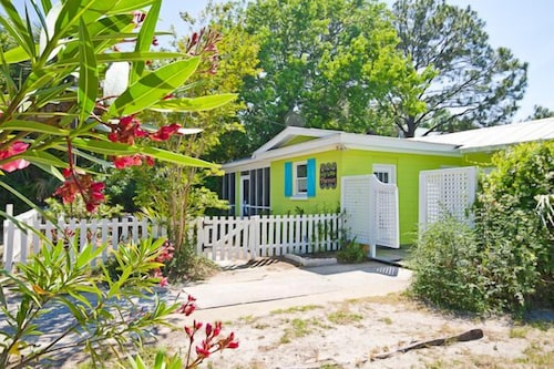 Key Lime Parrot C1936! Screened Porch 2 Blocks to Beach. Outdoor Shower!
