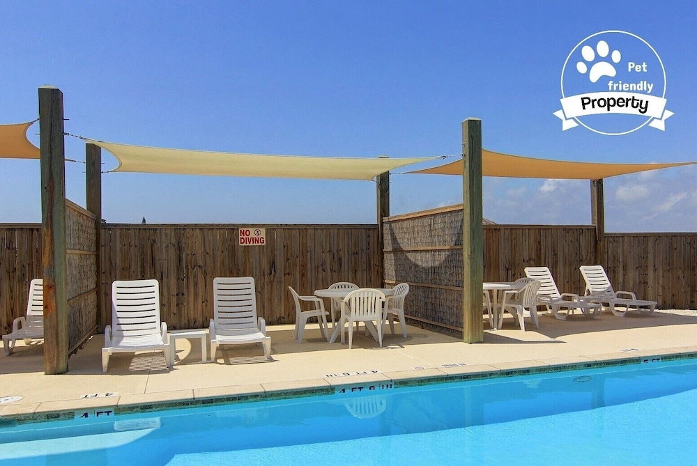 Pet Friendly Townhouse Close To The Beach With A Heated Pool And