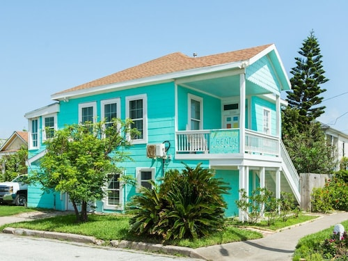 Great Place to stay Updated 3br, 1 Block to Beach & Pier near Galveston