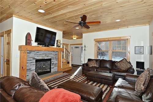 Lazy Bear Lodge - Authentic Log Home, hot Tub, Views, new Construction Book Now!