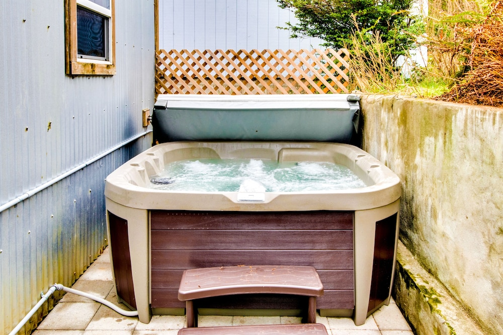 Spa, Manzanita beach retreat with private hot tub, close to golf & park, dogs OK