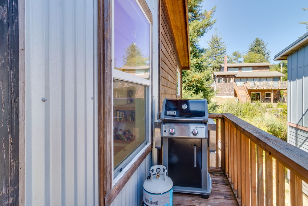 , Manzanita beach retreat with private hot tub, close to golf & park, dogs OK