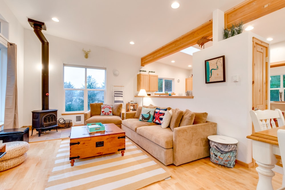 Living Room, Manzanita beach retreat with private hot tub, close to golf & park, dogs OK