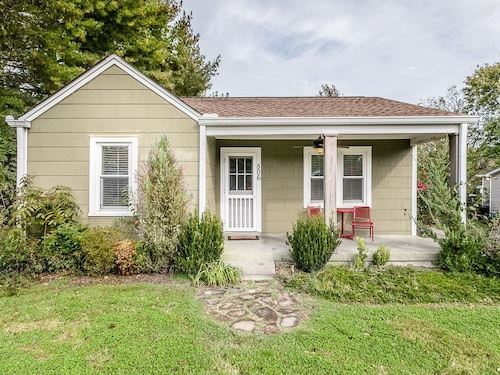 Country Charm 2BR w/ Front Porch, Spacious Yard & Fire Pitnear Downtown