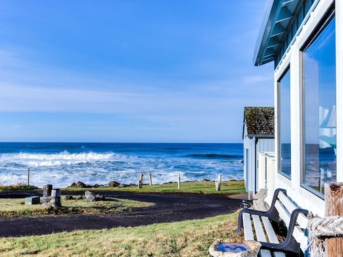Adorable Dog-friendly Cottage With Ocean Views and Easy Beach Access!