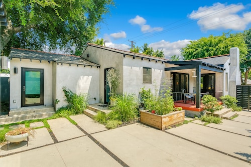 Great Place to stay 3b/2bth Bright Modern Artistic Home - Cls To Hiking near Altadena