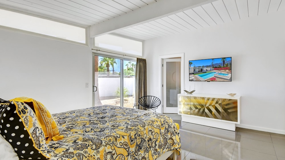 Room, Stunning Mid-century Pool and spa Home, Recently Remodeled and Ready for You!