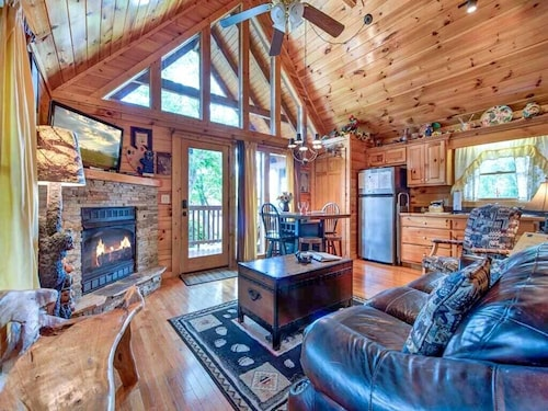 Artistic Mountain, 2 Bedrooms, Sleeps 8, Hot Tub, Mtn View, Jetted Tub