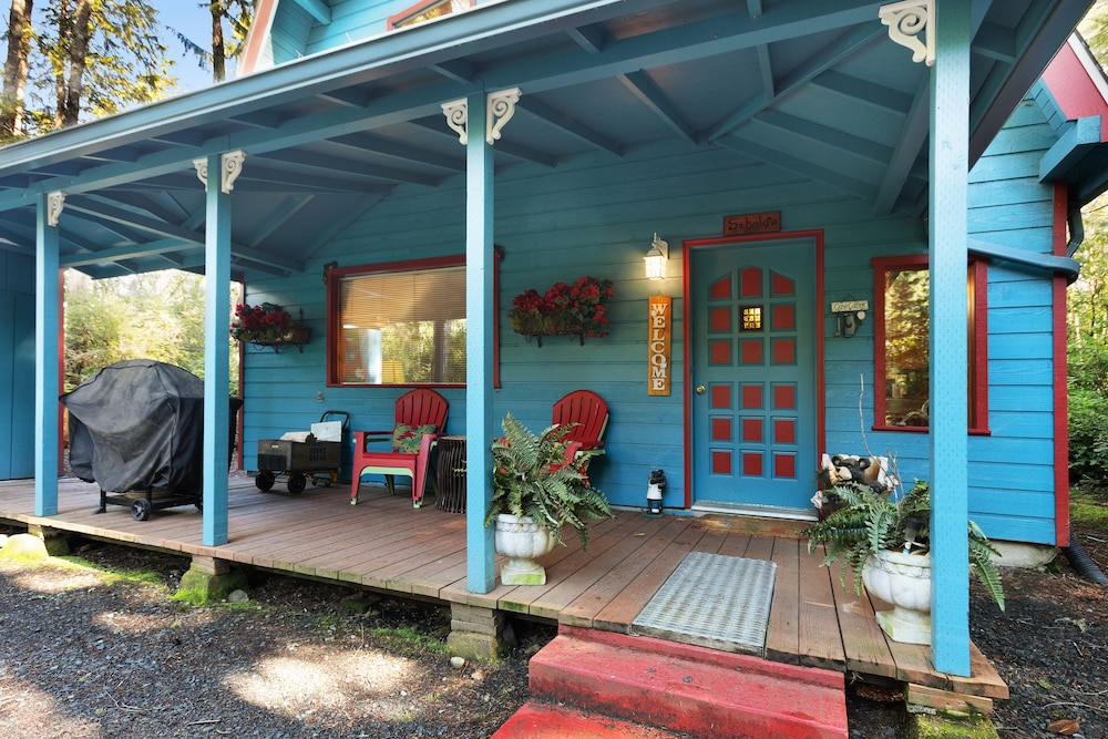 Balcony, Updated, Dog-friendly Cabin in a Secluded Area - Minutes From Beach & Town!