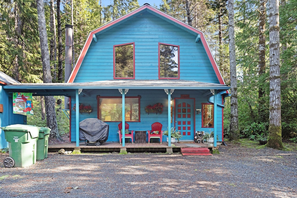 , Updated, Dog-friendly Cabin in a Secluded Area - Minutes From Beach & Town!