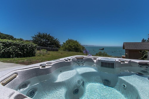 Treasure Cove~ocean Views From Hot Tub, In Town, Walk to Beach, Ping Pong!