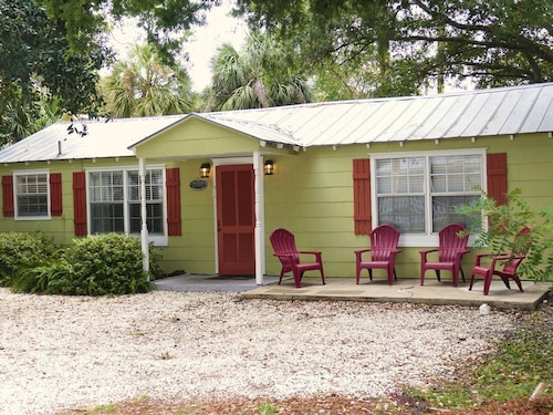 Seawinns Cottage C1935.pet-friendly! Fenced Back Yard. Close to Beach! Wifi