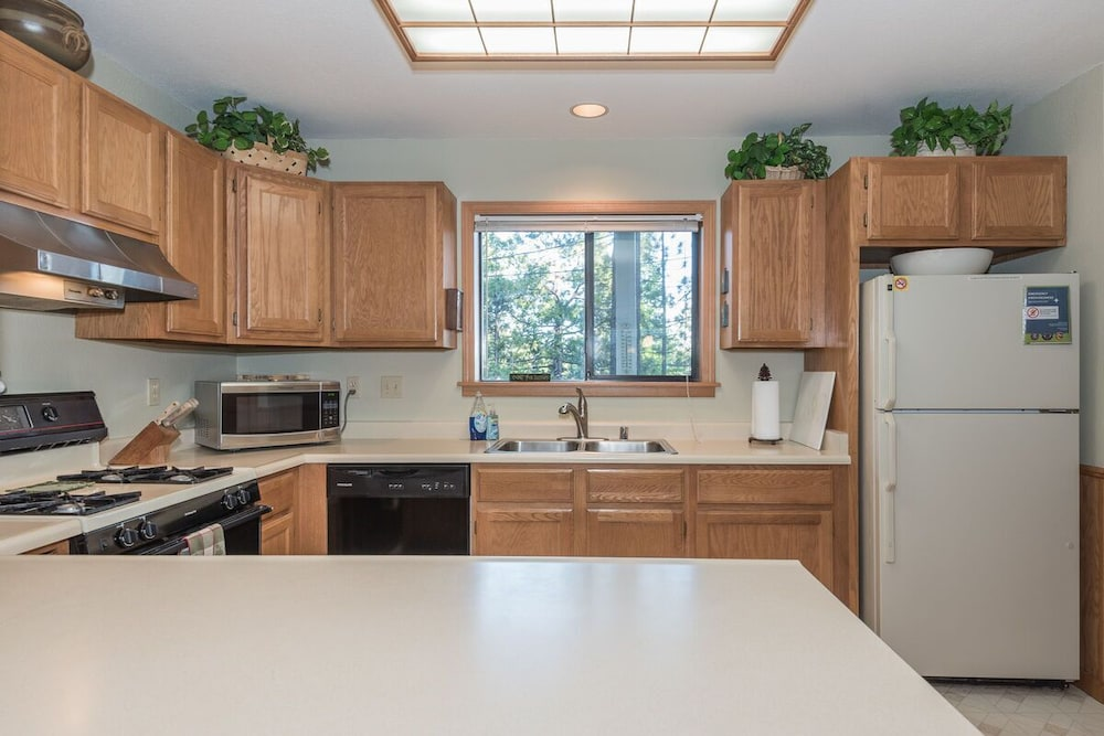 Private Kitchen, In-town Tahoe City, Lake Views, Walk to Beach and Town - Great Value!