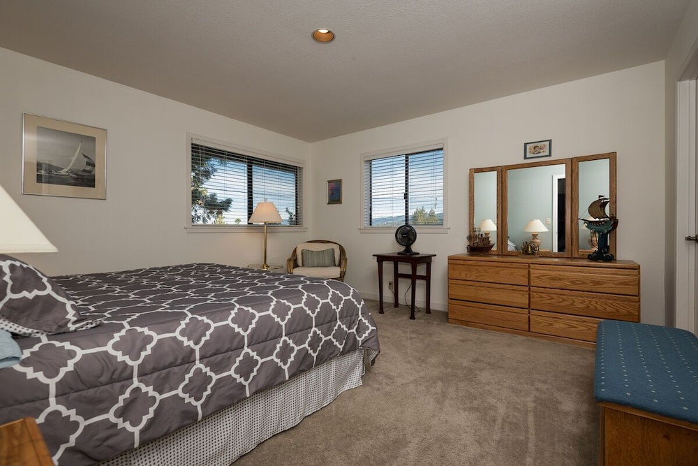 Room, In-town Tahoe City, Lake Views, Walk to Beach and Town - Great Value!