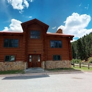 101 Red River Lodge - Large Log Cabin on the River! Enjoy ski in/ ski Out, Wifi, Washer/dryer