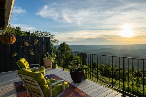Lookout Mountain Brow Home. Large Sunset Deck, Covered Hot Tub, Screened Porch