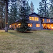 Upscale Riverfront Lodge w/ hot Tub, Firepits & Game Room - Close to Mt. Adams!