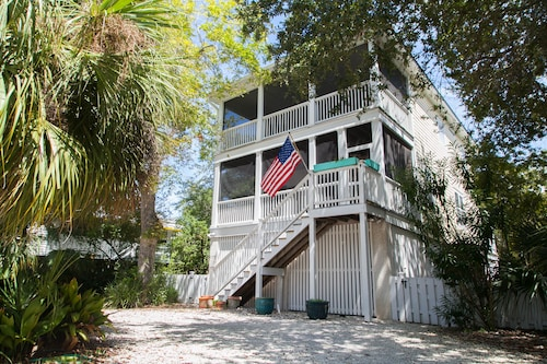 Brooks Cottage 2 Blocks to Beach/ South End! Screened Porches, Decks, Pets