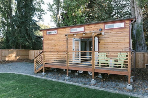 Modern Urban Tiny House w/ 2BR Near Airport and Transportation-private Setting