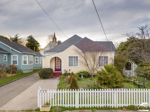 Cream City Cottage in Victorian Village of Ferndale