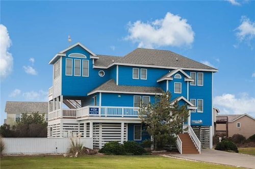Coastal Haven: Private hot tub and Saltwater Pool, pet Friendly, Oceanside, Short Walk to the Beach!