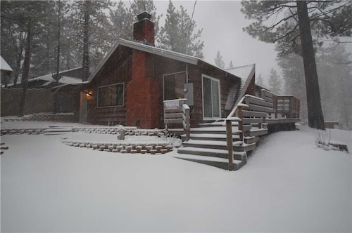 Hillcrest Cabin - Wifi. Great Location Close to Village and Lake!