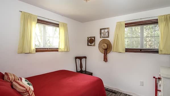 4 bedrooms, iron/ironing board, Internet, bed sheets