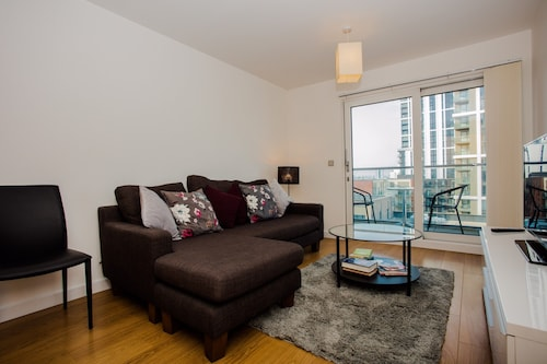Stunning 2 Bed Home + Balcony Overlooking Thames