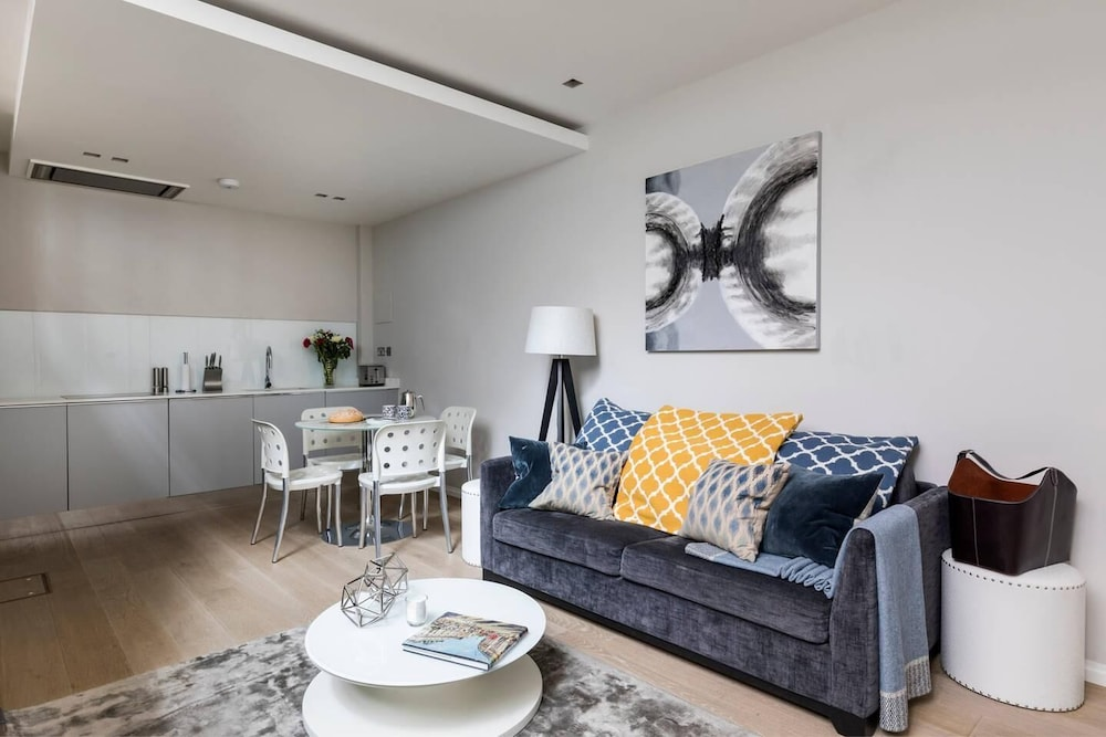 , Luxury Modern Split Level 2BR Covent Garden Apt