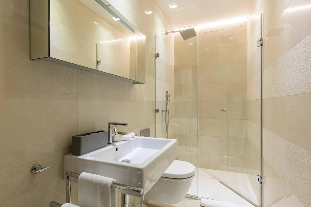 Bathroom, Luxury Modern Split Level 2BR Covent Garden Apt