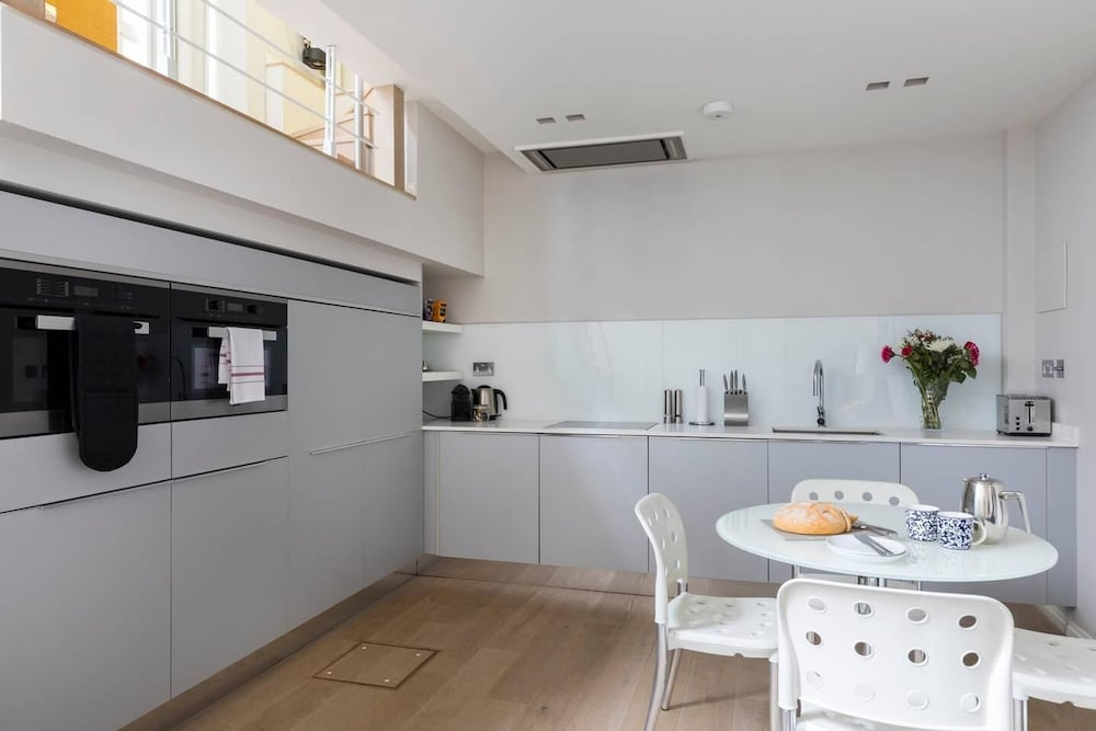 Private Kitchen, Luxury Modern Split Level 2BR Covent Garden Apt