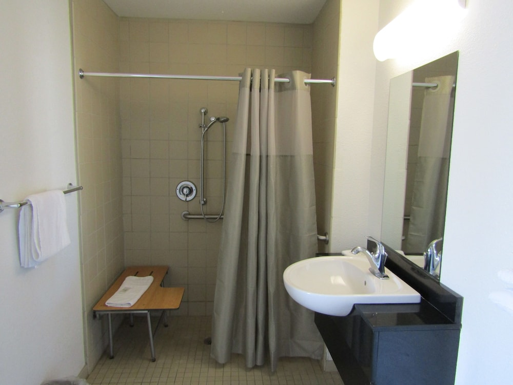 Bathroom, Budgetel Inn & Suites Yuma
