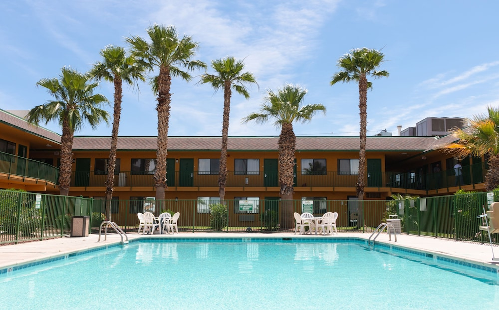 Pool, Budgetel Inn & Suites Yuma