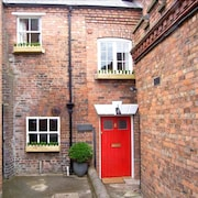 OLD Sorting Office, Character Holiday Cottage in Hawarden, Ref 29375