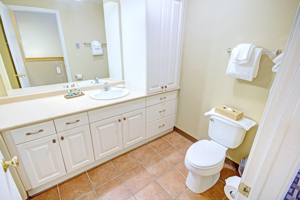 Bathroom, Charming Condos Overlooking Narragansett Bay w/ Outdoor Resort Pool, Hot Tub & Free Parking