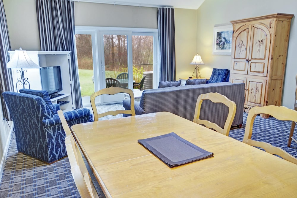 In-Room Dining, Charming Condos Overlooking Narragansett Bay w/ Outdoor Resort Pool, Hot Tub & Free Parking
