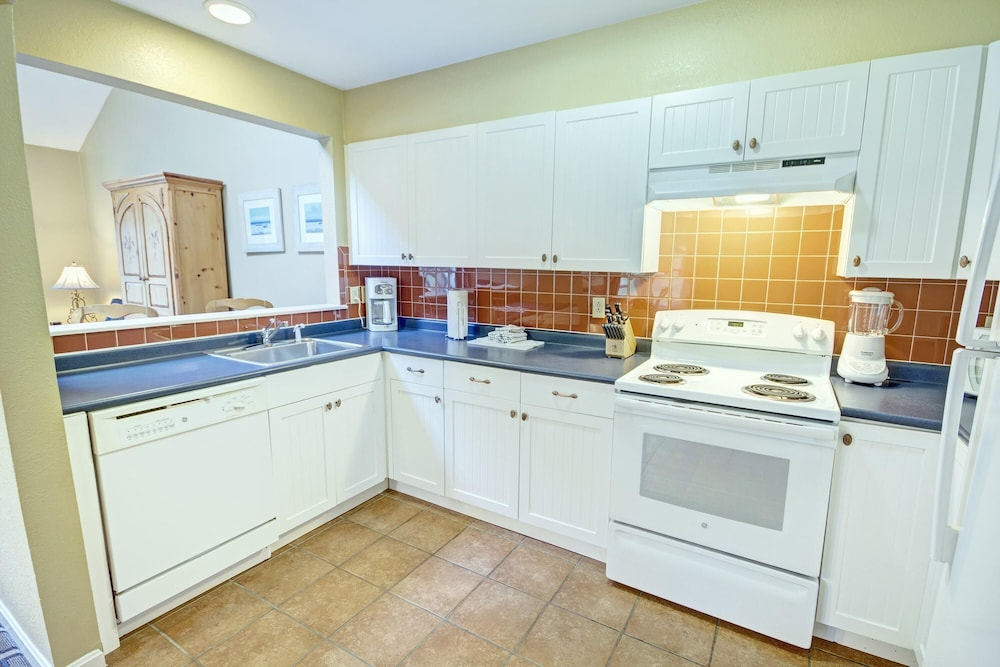 Private Kitchen, Charming Condos Overlooking Narragansett Bay w/ Outdoor Resort Pool, Hot Tub & Free Parking