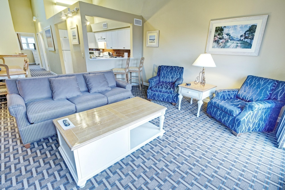 Living Room, Charming Condos Overlooking Narragansett Bay w/ Outdoor Resort Pool, Hot Tub & Free Parking