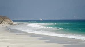 Playa privada, submarinismo, vóley playa y surf