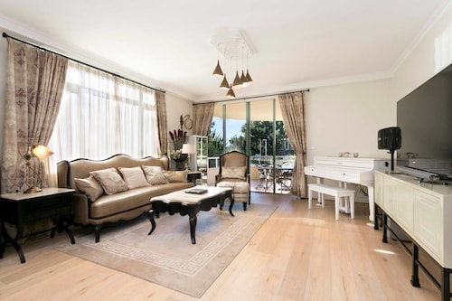 Luxury Waterfront Residence 10 mins from CBD