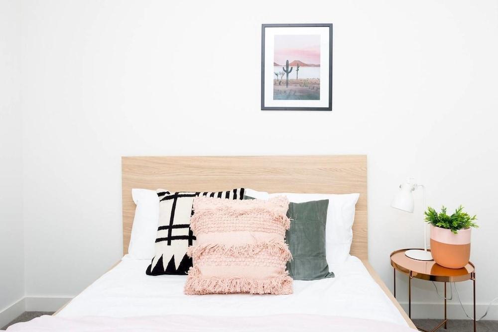 Modern Designer Home with Parking close to Beach!, Sydney ...
