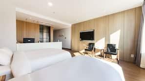 각각 다른 스타일의 객실, 각각 다르게 가구가 비치된 객실, 책상, 노트북 작업 공간